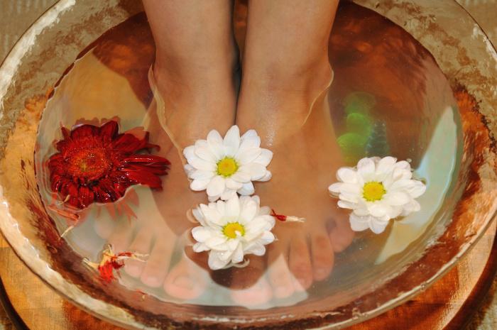 Травяные и цветочные ванночки от натоптышей и мозолей. \ Фото: hd24h.vn.