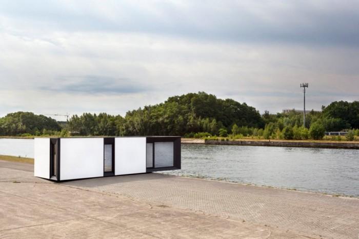 Этот дом оснащён солнечными панелями и вентиляционной системой для рекуперации тепла. А ещё его поставляют уже с мебелью.
