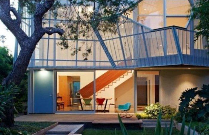 Данный дом выполнен из алюминиевого каркаса, что делает его достаточно лёгким, но при этом прочным. Приятный бонус – оригинальные балконы.