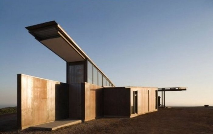 При строительстве особняка использовались такие практичные и экологически чистые материалы, как сталь, стекло и бетон. Специальное строение крыши защищает жильё от перегрева, а длинный центральный коридор способствует движению воздуха внутри дома.