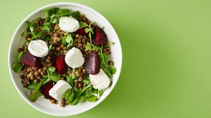 Салат с сыром и свеклой. \ Фото: pinterest.dk.