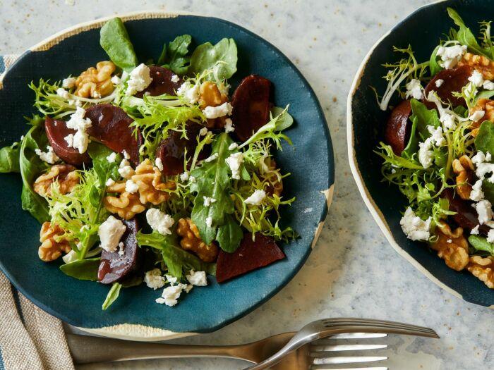 Свекольный салат с грецкими орехами. \ Фото: morethanpepper.com.