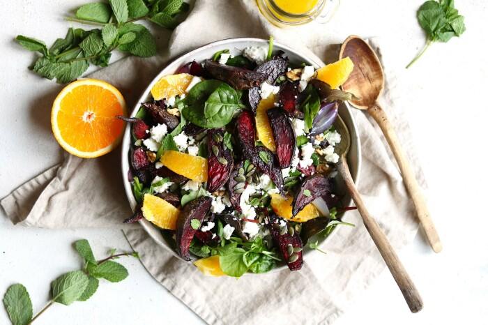 Яркий и сочный свекольный салат. \ Фото: yummly.com.