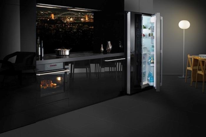 Кухня, выполненная в чёрных тонах.