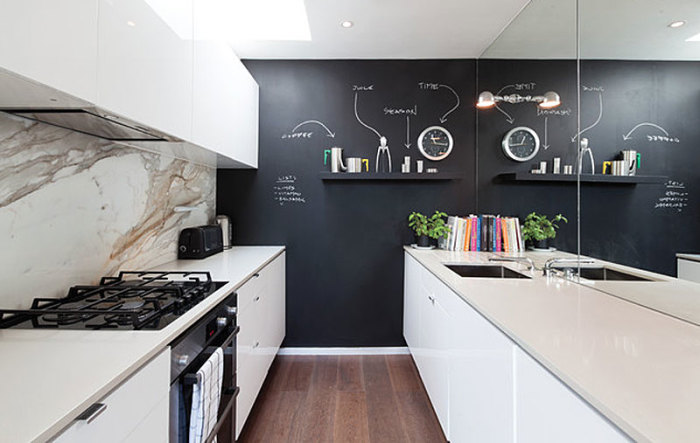 Интерьер кухни в чёрно-белых тонах.