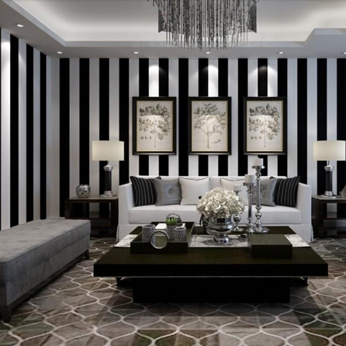 Классические полосатые чёрно-белые обои станут отличным акцентом в гостиной.