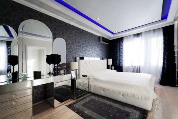 Чёрные узорчатые обои в светлой спальне.
