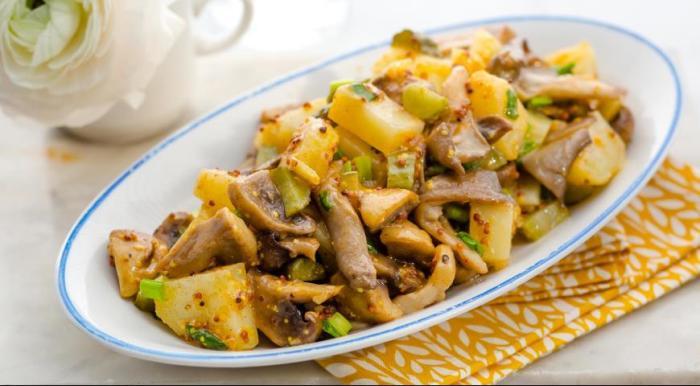 постынй салат с грибами и картофелем. \ Фото: yandex.com.