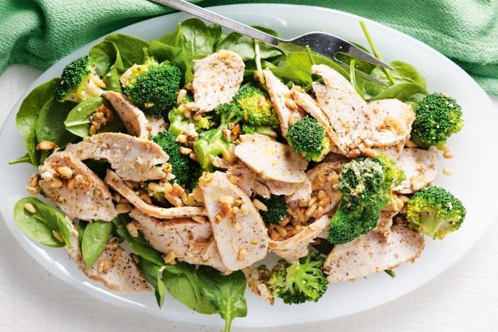 Лёгкий и аппетитный салатик. / Фото: taste.com.au.
