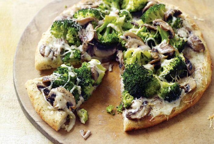Пицца с брокколи. \ Фото: foodmag.me.