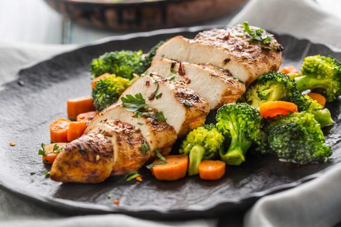 Куриное филе с овощами. \ Фото: bodyhappiness.de.