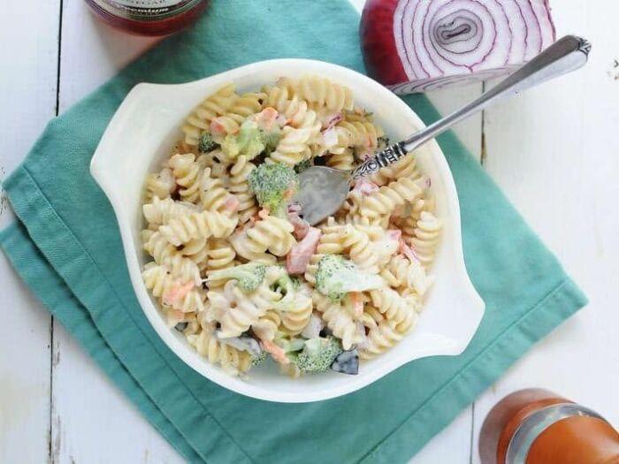 Салат из маскаронов и крабовых палочек. \ Фото: twoluckyspoons.com.
