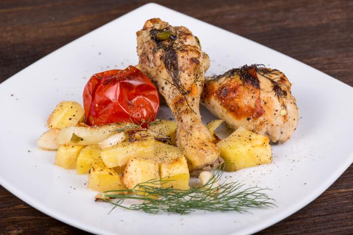 Запечённые куриные ножки с картофелем. \ Фото: bigmir.net.
