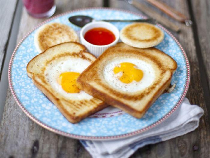 Яичница в хлебе. \ Фото: foodman.club.