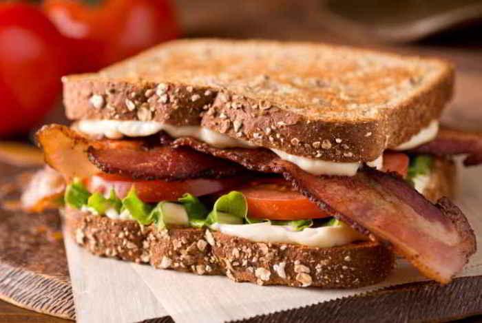 Вкусный бутерброд с индейкой .