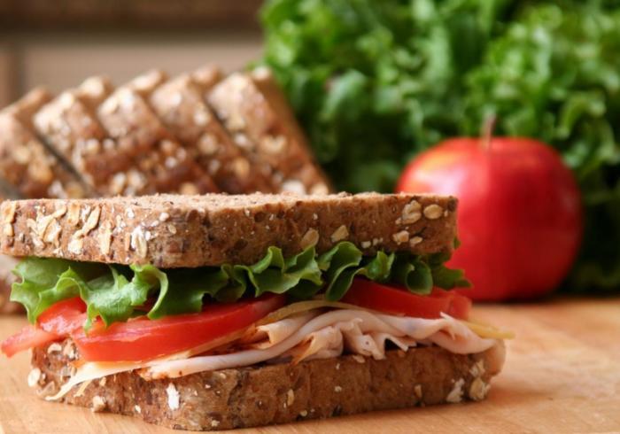 Лёгкий бутерброд с ветчиной и помидорами.