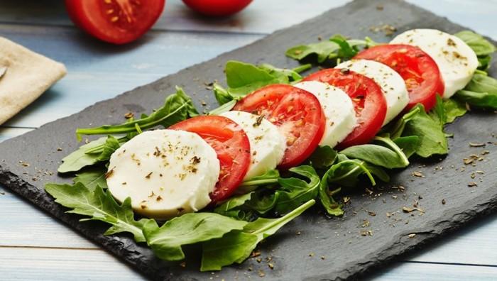 Бутерброд из помидоров и сыра. \ Фото: yandex.ru.
