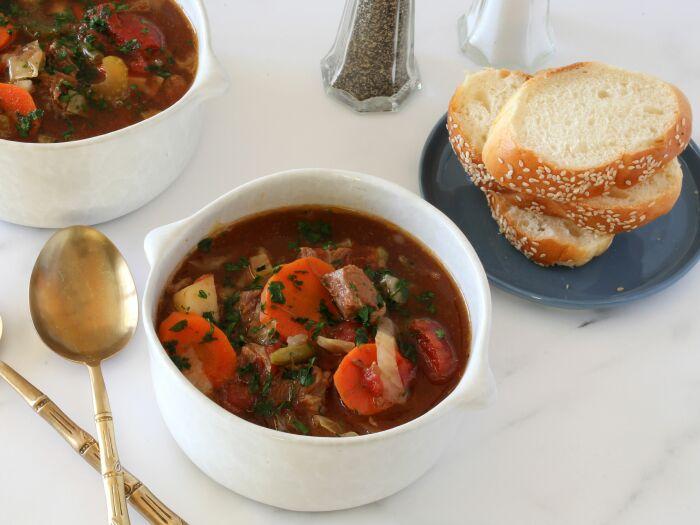 Суп с овощами и тушёнкой. \ Фото: thespruceeats.com.