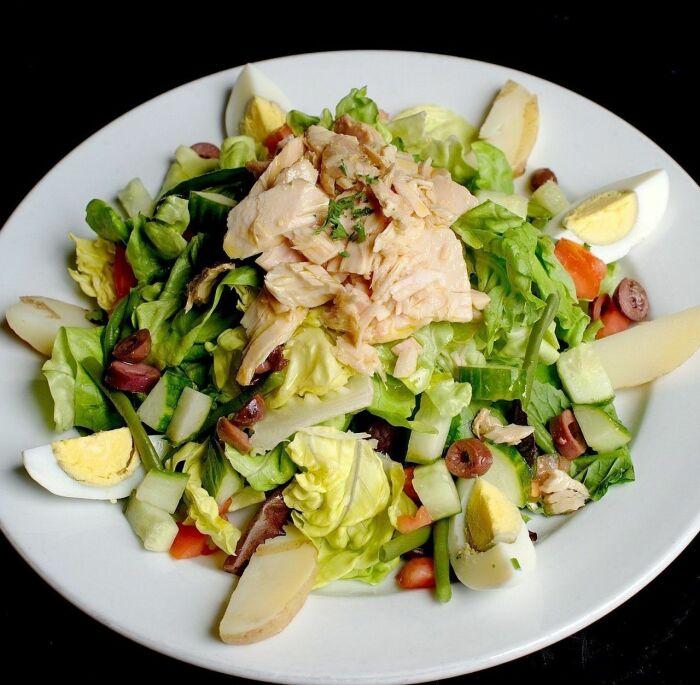 Что приготовить из рыбной консервы помимо салатов: 5 блюд, которые многим придутся по вкусу