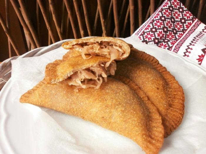Чебуреки с капустной начинкой. \ Фото: cookorama.net.