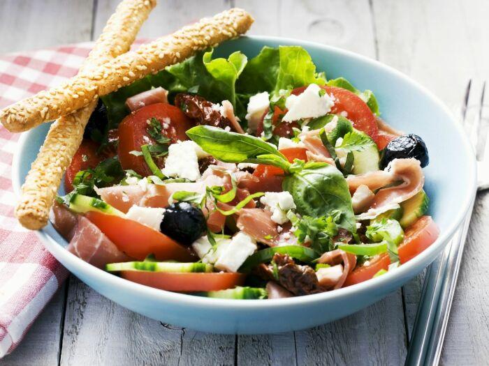 Очень вкусный салат с ветчиной, сыром и зеленью. \ Фото: minsheng.youth.cn.