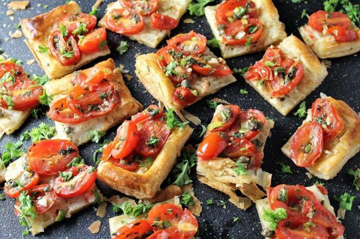Слойки с сыром и помидорами. \ Фото: twokooksinthekitchen.com.