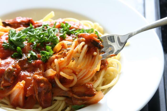 Лапша с курицей и томатным соусом. \ Фото: themetropolitanclub.net.