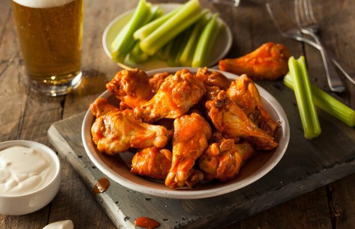 Пикантные крылышки, запечённые в духовке. \ Фото: lovefood.com.