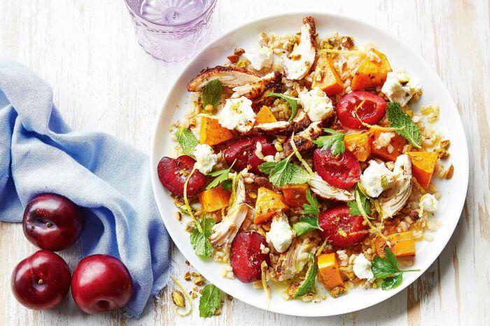 Салат с куриным филе и сливами. \ Фото: taste.com.au.