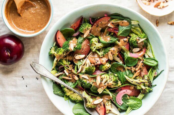 Летний салат с курочкой и сливами. \ Фото: azycatkitchen.com.