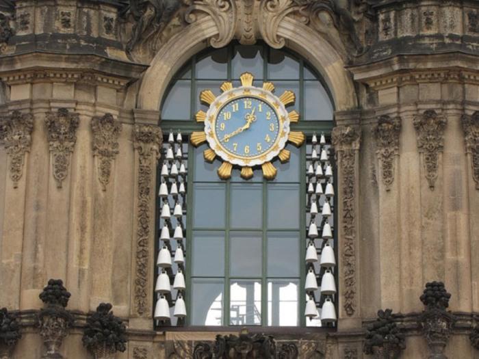 Часы в Дворцовом Комплексе Цвингер установлены в 1933 году в Дрездене, Германия, тоже уникальны в своем роде.