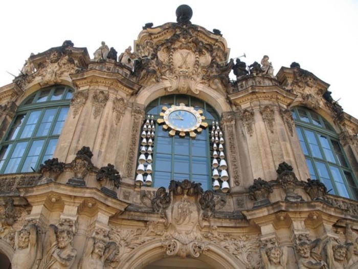 Эти часы тоже музыкальные, каждый час они играют красивую народную мелодию, которая появляется благодаря электронному механизму управления колоколами.