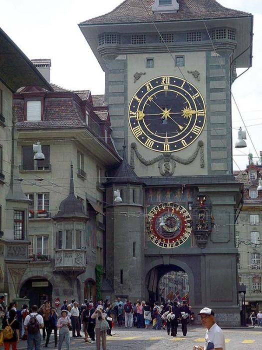 Одни часы показывают время, вторые астрономические – день недели, месяц, фазу Луны и зодиакальный знак.