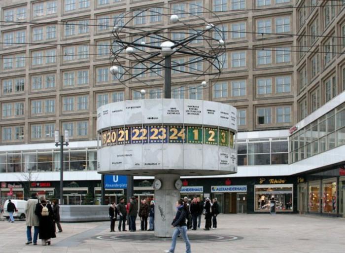 Часы «Мировое Время» на Александерплац в Берлине, Германия, показывают всемирное время.
