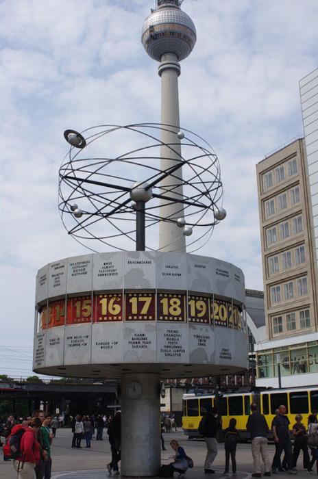 В 24-х секторах написаны названия мировых столиц, в основном бывших соцстран, на основании, куда вмонтирован столб, выложена роза ветров из мозаики, а над циферблатом модель солнечной системы.