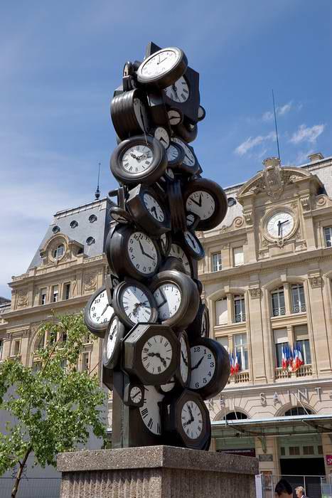Название скульптуры «Время для всех» абсолютно точно показывает бренность бытия и мимолетность жизни, заставляя о многом задуматься.