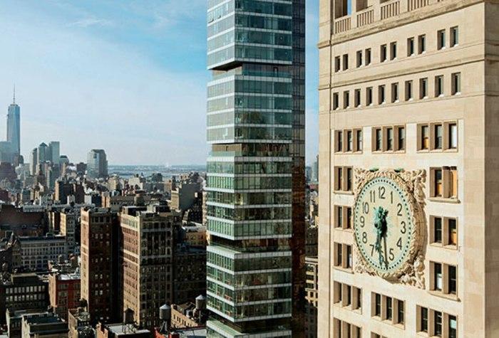 Часы упоминаются в рассказе фантаста Мюррея Лейнстера «Убегающий небоскреб»: когда здание перемещалось во времени, стрелки крутились назад.