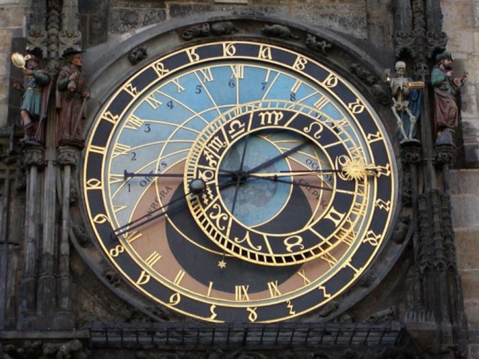 Пражский «Орлой» (башенные часы) нельзя назвать просто часами, они ещё показывают положение Солнца и Луны относительно Земли, правда, по средневековым понятиям.