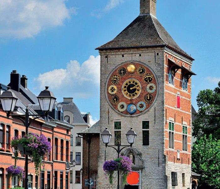 Средневековую башню Корнелиуса, датируемую XIII веком, в 1930-м перестроили для того, чтобы разместить в ней Юбилейные часы (Jubelklok). Часовщик Луи Зиммер подарил их городу к 100-летию независимости Бельгии. В честь него и назвали перестроенную башню.