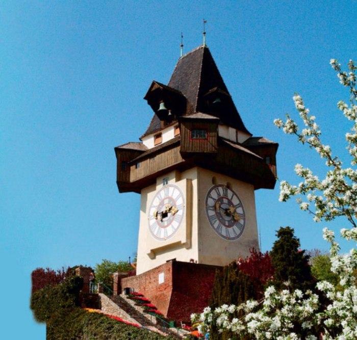 Эти часы необычны тем, что часовая стрелка длиннее минутной. Изначально была только одна длинная стрелка, отбивавшая час. Позднее добавилась вторая, покороче. Внутри башни находится часовой колокол, датируемый 1382 годом.