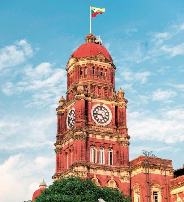 Здание Верховного суда Бирмы было построено в модном тогда викторианском стиле (а точнее, в одном из его направлений под названием «стиль королевы Анны»).