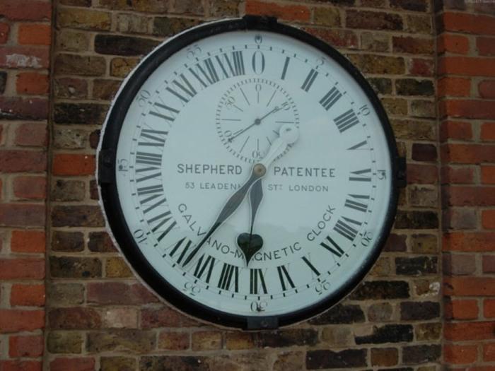 Одни из самых важных часов с исторической точки зрения – часы Гринвич. Находятся они на воротах Королевской Обсерватории в Гринвиче, Великобритания.