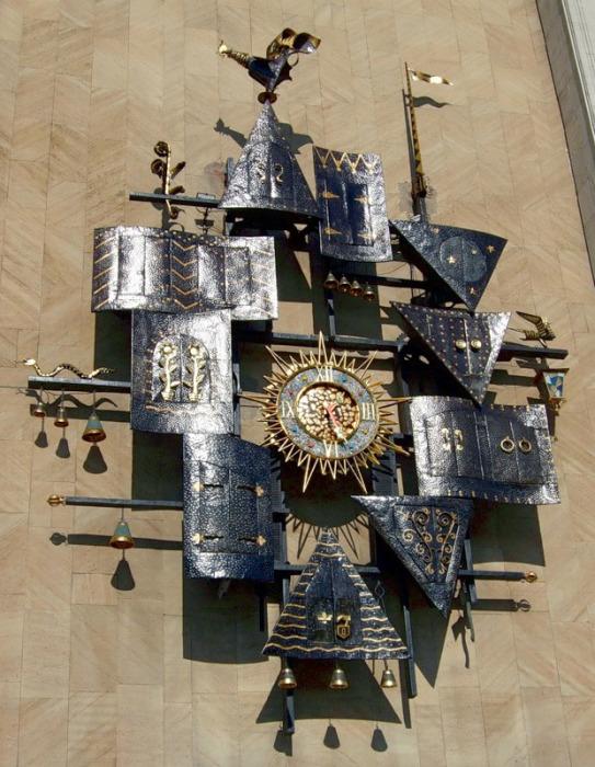 Самые театральные часы, конечно, располагаются на Театре Кукол им. Образцова в Москве, Россия. Созданы они в 1970 году.