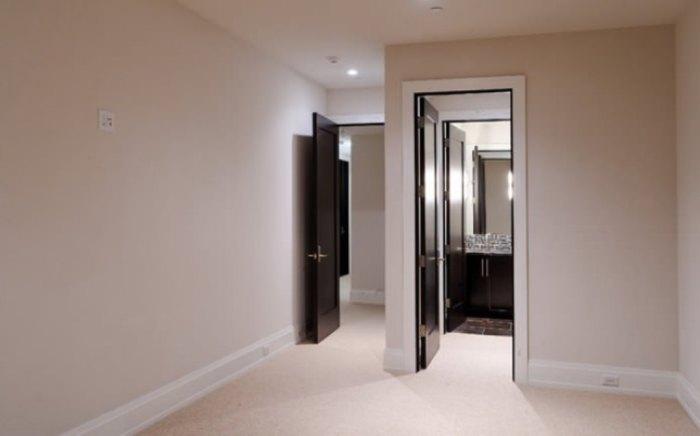 Подобное сочетание наиболее гармонично будет восприниматься в больших помещениях - гостиных, холлах.