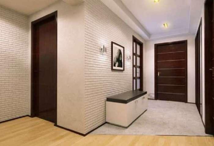 Чтобы интерьер смотрелся гармонично, важно правильно подобрать цвета пола, плинтусов и дверей при отделке квартиры.