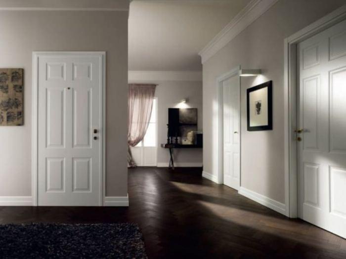 Если вы хотите сочетать тёмные тона напольного покрытия, дизайнеры рекомендуют выбирать светлые тона для плинтусов, наличников и дверей.