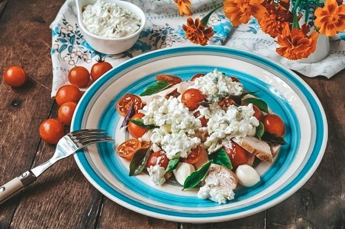 Салат с курочкой и творогом. \ Фото: vk.com.