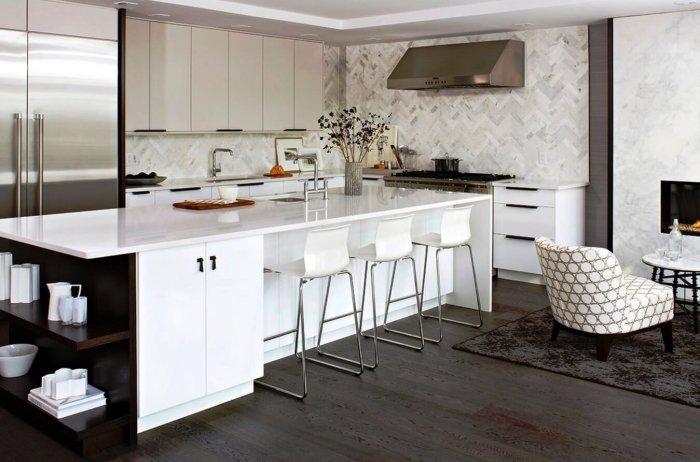 Оптимальное решение – подобрать к белой кухне детали интерьера любого тёмного цвета или оттенка.