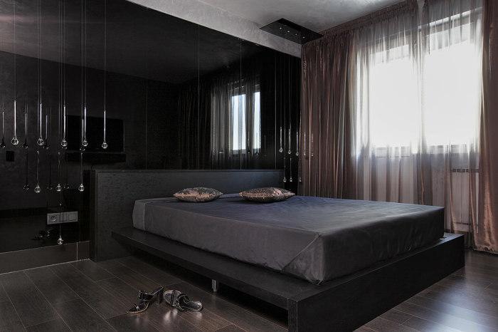 Разбавить чёрный цвет в спальне поможет светло-серый и оттенки коричневого.