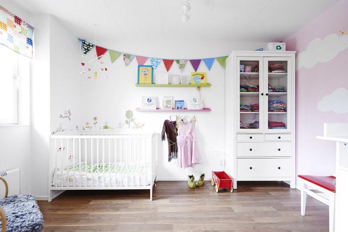 Если вы решили выбрать белый цвет для спальни ребенка – используйте его в связке с розовым, светло-зелёным, жёлты, синим.